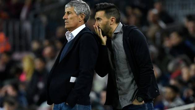 Quique Setien (links) und Eder Sarabia (Bild: APA/AFP/LLUIS GENE)