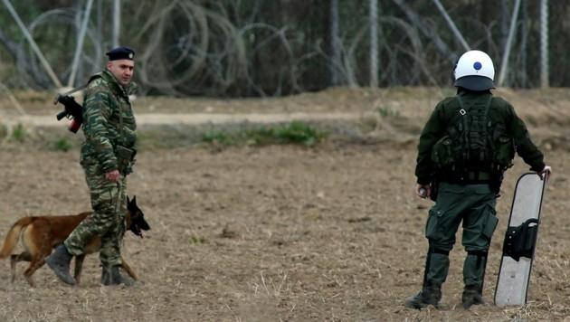 Griechische Polizisten an der Grenze zur Türkei (Bild: AP)