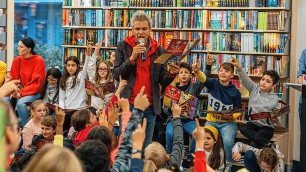 """So lieben ihn die Kinder: Thomas Brezina bei einer Lesung. Für Villach hat er den """"Winter Wunder Wald"""" entwickelt. (Bild: TB)"""