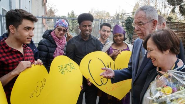 Der Bundespräsident besuchte mit seiner Frau Doris Schmidauer das Haus der Menschenrechte in Linz. (Bild: APA/Bundesheer/Peter Lechner)