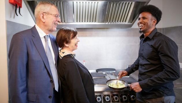 """Van der Bellen im """"Haus der Menschenrechte"""" in Linz: """"Da ist schon etwas gelungen"""", zeigte sich der Bundespräsident beeindruckt """"wie viele Menschen hier Hilfe und Unterschlupf finden"""" und auch etwas lernen. (Bild: APA/BUNDESHEER/PETER LECHNER)"""