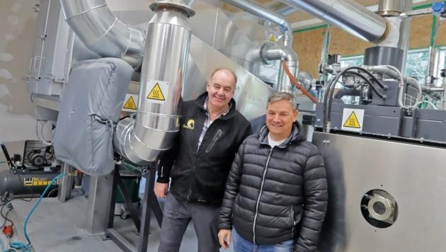 Reinhold Strasser (li.) und Jürgen Schedler eröffnen bald das erste Tierkrematorium Westösterreichs im Tiroler Unterland. (Bild: Christof Birbaumer Kronenzeitung)