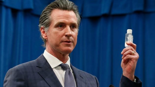 Gavin Newsom hält auf der Pressekonferenz eine Flasche Desinfektionsmittel in der Hand. (Bild: AP)