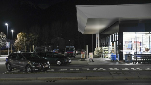 Anfang März schlug der Gesuchte bei einem Hofer in Telfs zu. (Bild: Zeitungsfoto.at/Team)
