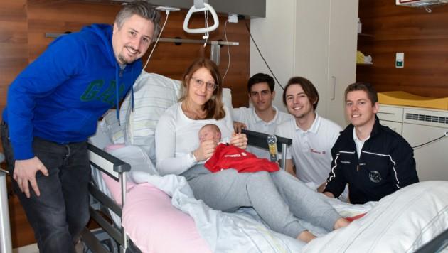 Mathias und Kerstin Lehner mit Baby Charlotte und den Geburtshelfern Dario Stohlawetz, Max Wollendorfer und Dominik Ofner (Bild: Die Johanniter)