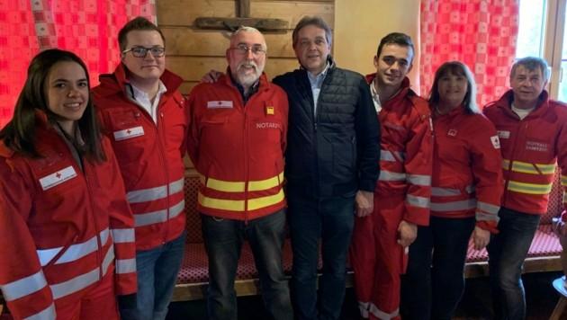 Harald Grabenschweiger (mitte) bedankte sich bei seinen Rettern (Bild: Rotes Kreuz Salzburg)