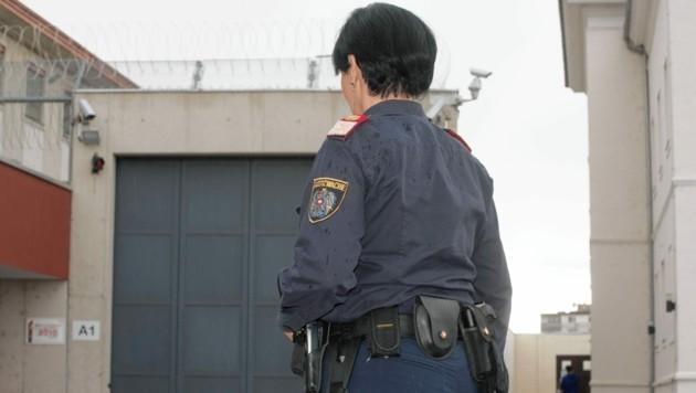 Justizwachebeamtin SandraS., die aus beruflichen Gründen lieber anonym bleiben möchte, vor ihrem Arbeitsplatz, der Justizanstalt Graz-Karlau. (Bild: Elmar Gubisch)