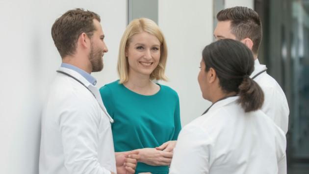 LH-Vize Christine Haberlander im Kreise von Medizinern (Bild: m.weber-photoworks)
