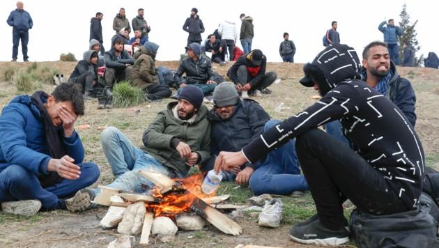 Migranten in der türkischen Provinz Edirne an der Grenze zu Griechenland (Bild: The Associated Press)