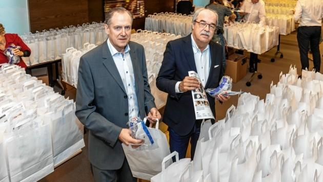 Ärztekammerpräsident Herwig Lindner und Vizepräsident Norbert Meindl begannen am Donnerstag mit der Verteilung von Säckchen mit den Schutzmasken. (Bild: Harry Schiffer Photodesign)