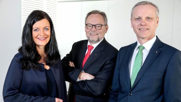 Josef Stockinger mit seinem designierten Nachfolger Othmar Nagl (r.). Kathrin Kühtreiber-Leitner ist ab Oktober Teil des Vorstands. (Bild: OÖ-Versicherung/Hermann Wakolbinger)