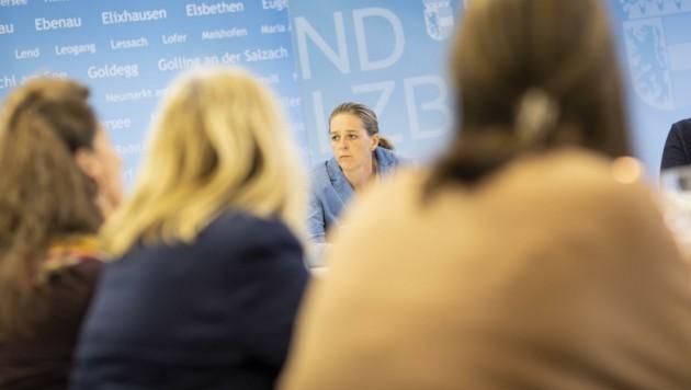 Neos-Landesrätin Andrea Klambauer will die Leitung der Frauenhäuser neu ausschreiben – und erntet dafür Unverständnis und Kritik. (Bild: Land Salzburg / Neumayr – Leop)