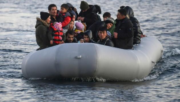 Ein Boot mit Flüchtlingen auf der Insel Lesbos (Archiv) (Bild: AFP)