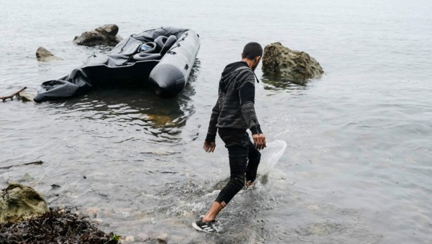 Ein Migrant nach seiner Ankunft auf Lesbos (Bild: AP)