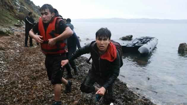 Migranten erreichen die griechische Insel Lesbos. (Bild: AP)