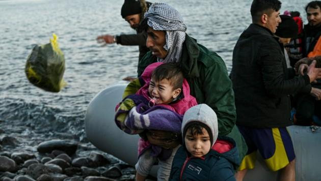Immer wieder landen Flüchtlinge in kleinen Booten auf den griechischen Ägäisinseln. Die Regierung in Athen will nun mit Beschränkungen des Bootsverkehrs dagegen vorgehen. (Bild: AFP)