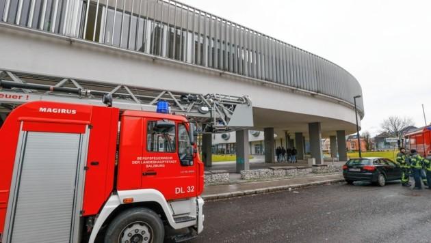 Die Berufsfeuerwehr rückte kurz nach 09 Uhr zur Handelsakademie II nach Salzburg-Lehen aus. (Bild: Markus Tschepp)