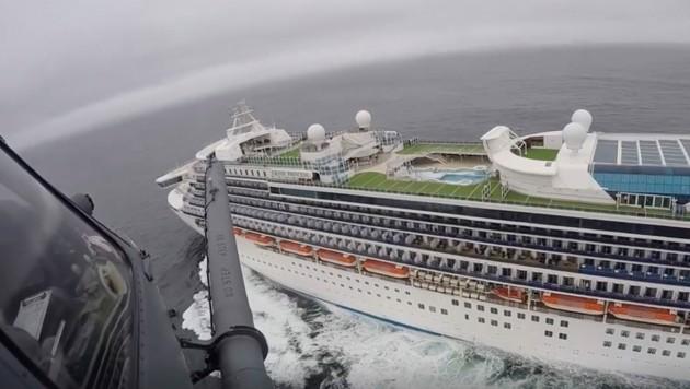 Das Kreuzfahrschiff Grand Princess vom Helikopter der Nationalgarde aus gesehen. (Bild: AP)