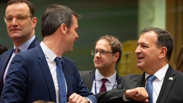 """EU-Gesundheitsminister bei einem Treffen in Brüssel - statt Hände geschüttelt werden Ellbogen ge""""checkt"""". (Bild: AP)"""