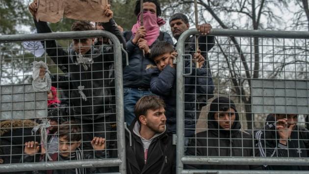 """Flüchtlinge warten in der """"Pufferzone"""" an der griechisch-türkischen Grenze bei Pazarkule/Edirne auf ihre Einreise nach Griechenland. (Bild: AFP)"""