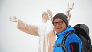 Alfred bei seiner lebensgroßen hölzernen Christus-Statue (Bild: Wallner Hannes)