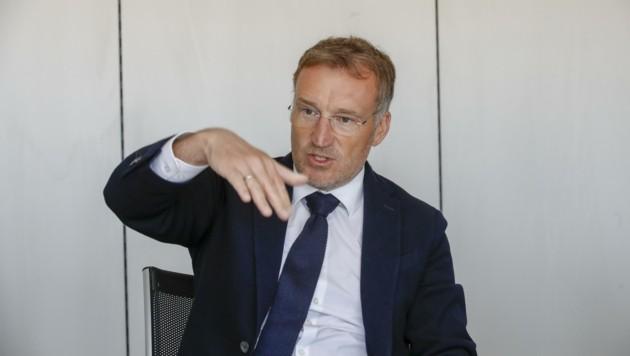 Oberkämmerer Manfred Rosenstatter zeigt die Tendenz der Salzburger Wirtschaftskammer. (Bild: Tschepp Markus)