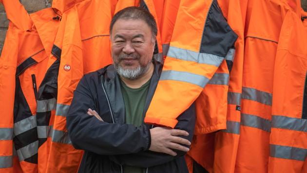 """Der Künstler Ai Weiwei mit einem seiner jüngsten Werke mit dem Titel """"Safety Jackets Zipped The Other Way"""" (Bild: AFP)"""