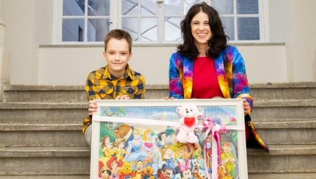 """Lukas (10) übergab sein Geschenk für sie an Lehrerin Monika Rammal, Gründerin der """"KAT6A Foundation Austria"""". (Bild: Sabine Wallinger)"""