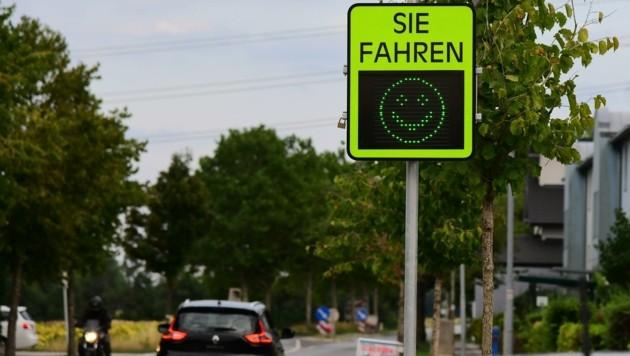 Grüne Smileys gibt es für alle, die das Tempolimit einhalten (Bild: Huber Patrick)