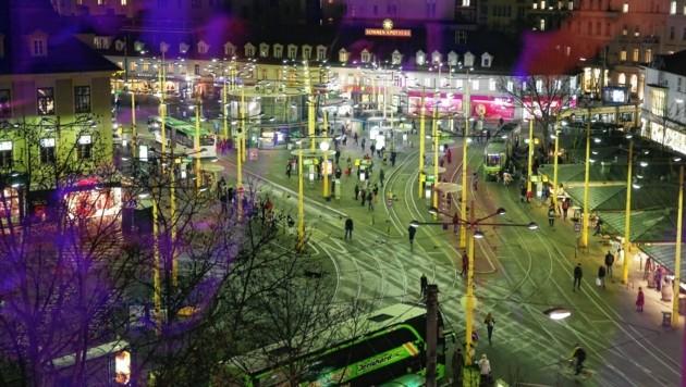 Nahverkehrsdrehscheibe und von Zigtausenden Steirern täglich frequentiert: der Jakominiplatz im Herzen Graz. Hier wären Desinfektionsmittel-Spende sinnvoll (Bild: Jürgen Radspieler)