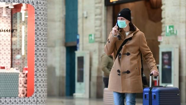 Ohne Schutzmaske wagt sich in Italien kaum jemand auf die Straße. (Bild: AFP)