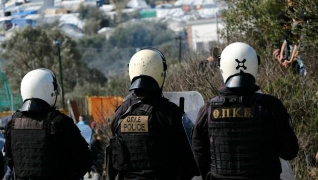 Griechische Polizei auf Lesbos (Bild: AP)