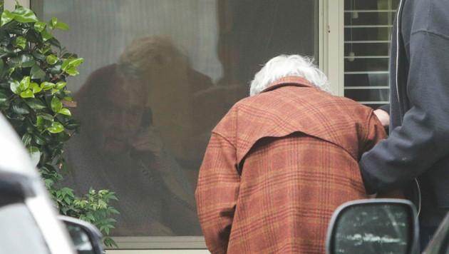 Charlie Campbell spricht mit seiner gebrechlichen Frau, die gestützt werden muss, durchs Telefon. (Bild: AFP)
