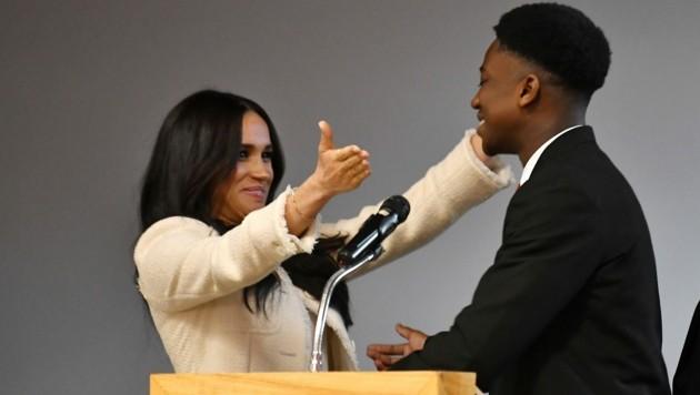 Herzogin Meghan ist entzückt von Schulsprecher Aker Okoye. (Bild: AFP)