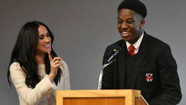 Herzogin Meghan lacht, weist Schulsprecher Aker Okoye aber doch mit dem Finger zurecht. (Bild: AP)