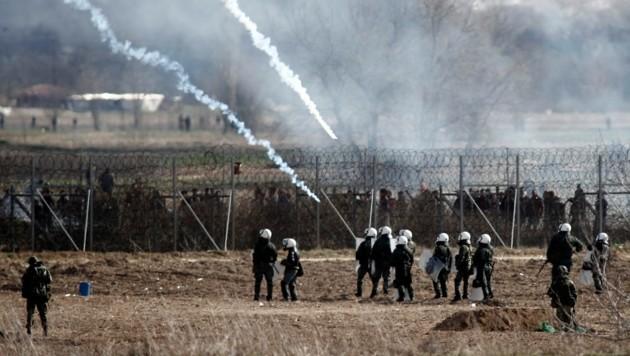 Griechische Grenzschützer und Armeeeinheiten an der türkisch-griechischen Grenze (Bild: AP)