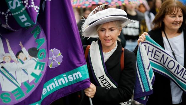 """Frauen in London nahmen als Suffragetten verkleidet am """"March4Women"""" teil. (Bild: AFP)"""