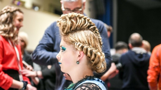 Dem Flechten waren keine Grenzen gesetzt, nur die Haaraccessoires waren limitiert. (Bild: zeitungsfoto.at)