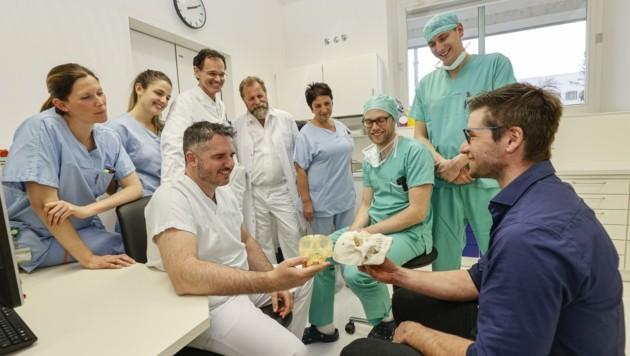 Das Team: Pflegerinnen Manuela und Angelika mit den Ärzten Alexander Gaggl, Simon Enzinger (sitzend) und Michael Rasse, Assistentin Gabriele Turisser sowie Clemens und Kristian (Bild: Tschepp Markus)