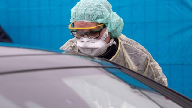 Coronavirus-Test bei einem Autofahrer (Bild: AFP)