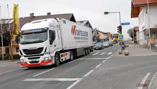 Bereits bestehende Sperre für Fahrzeuge über 7,5 Tonnen auf B156 im Flachgau ausgesetzt (Bild: MARKUS TSCHEPP)