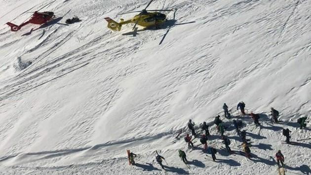 Sechs Helikopter und Dutzende Bergretter standen - teils mit Lawinenspürhunden - am Dachstein im Einsatz. (Bild: Bergrettung/Hundestaffel OÖ)