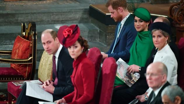 Harry und Meghan sitzen in der Kirche in der zweiten Reihe hinter William und Kate. (Bild: AP)