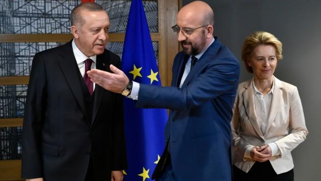 Der türkische Präsident Recep Tayyip Erdogan mit EU-Ratschef Charles Michel und EU-Kommissionspräsidentin Ursula von der Leyen (Archivbild) (Bild: The Associated Press)
