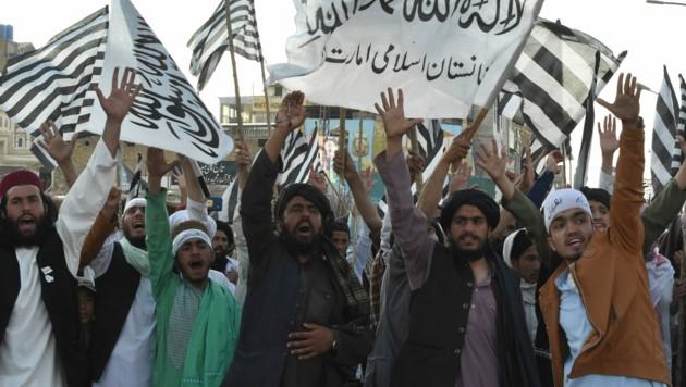 """Aktivisten der religiösen Gruppierung """"Jamiat Ulema-e Islam Nazryate"""" feierten das Abkommen zwischen den radikalislamischen Taliban und den USA. (Bild: AFP)"""