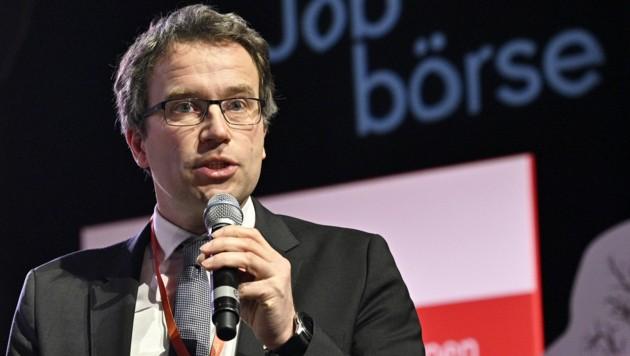 """""""Ich rechne damit, dass die Zahl der Unternehmen, die Kurzarbeit einführen müssen, wöchentlich steigt"""", sagt AMS-Vorstand Johannes Kopf. (Bild: APA/HANS PUNZ)"""