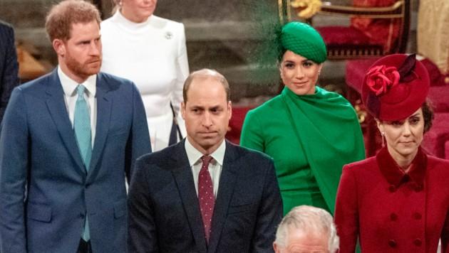 Die Prinzen William und Harry verlassen mit ihren Frauen Herzogin Kate und Herzogin Meghan mit verkniffenen Gesichtern den Gottesdienst. (Bild: AFP or licensors)