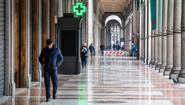 Sonst beliebte Einkaufsstraßen sind in Mailand nun verwaist. (Bild: AFP)