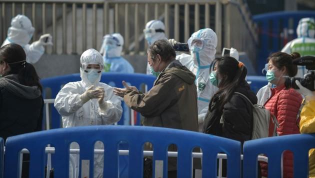 Menschen, die sich von dem Virus erholt haben, verlassen am das provisorische Krankenhaus Wuchan in Wuhan. (Bild: APA/AFP/STR)