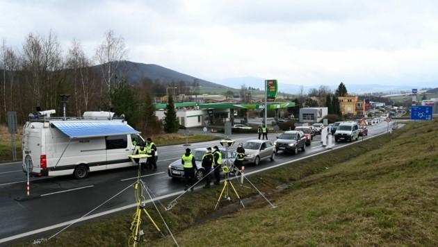 An der tschechischen Grenze bei Nova Kubice führt die Exekutive Temperaturkontrollen bei aus Deutschland einreisenden Autofahrern durch. (Bild: AFP)